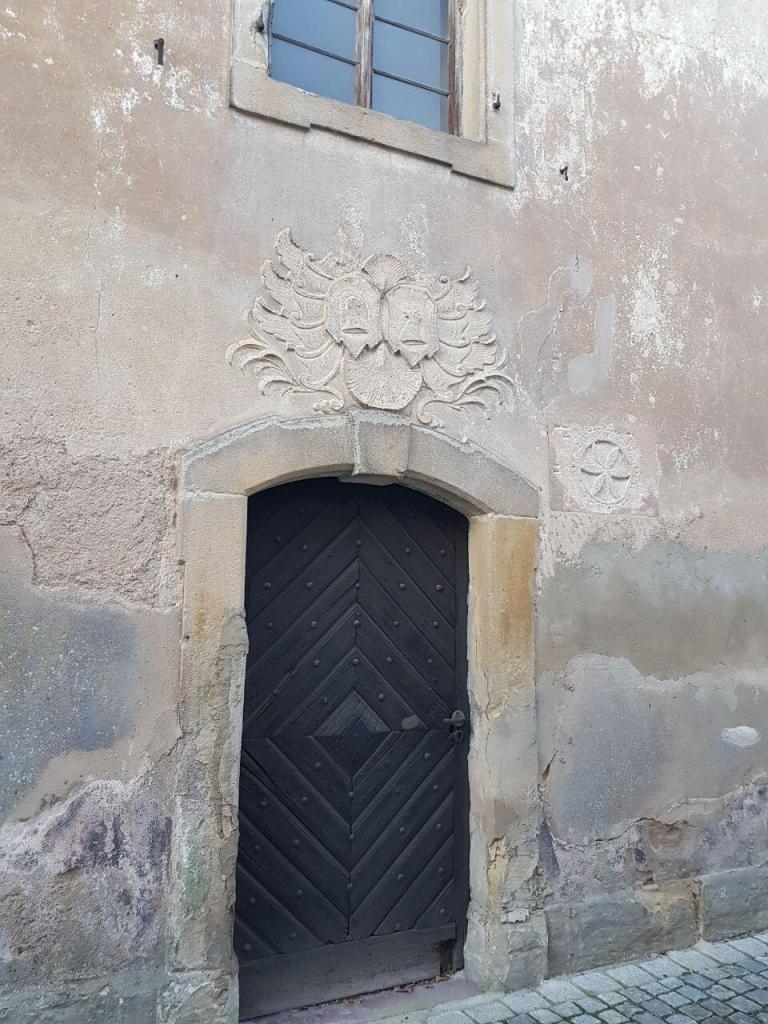 Ansicht von der Eingangstür im Süden mit Wappen und Hochzeitsstein